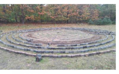 Cirkels van bakstenen in de grond